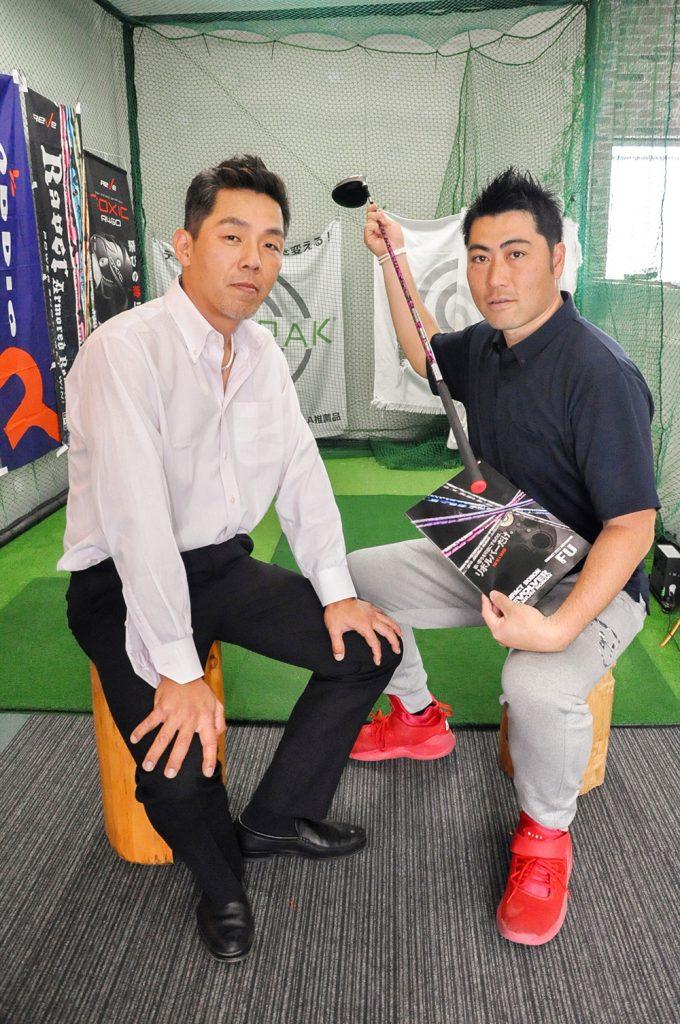 山城さん(左)と同店の増田店長。2人ともリボルバー愛用者だ